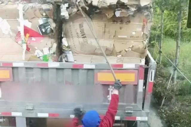 无奈!网曝老太太手持镰刀从货车上钩取货物